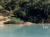 La rivière Agua Azul qui coule calmement avec un pêcheur au milieu