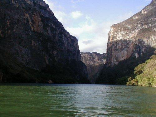 Un grand et beau canyon