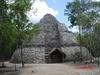 Le fameux temple rond avec stele sous palapa