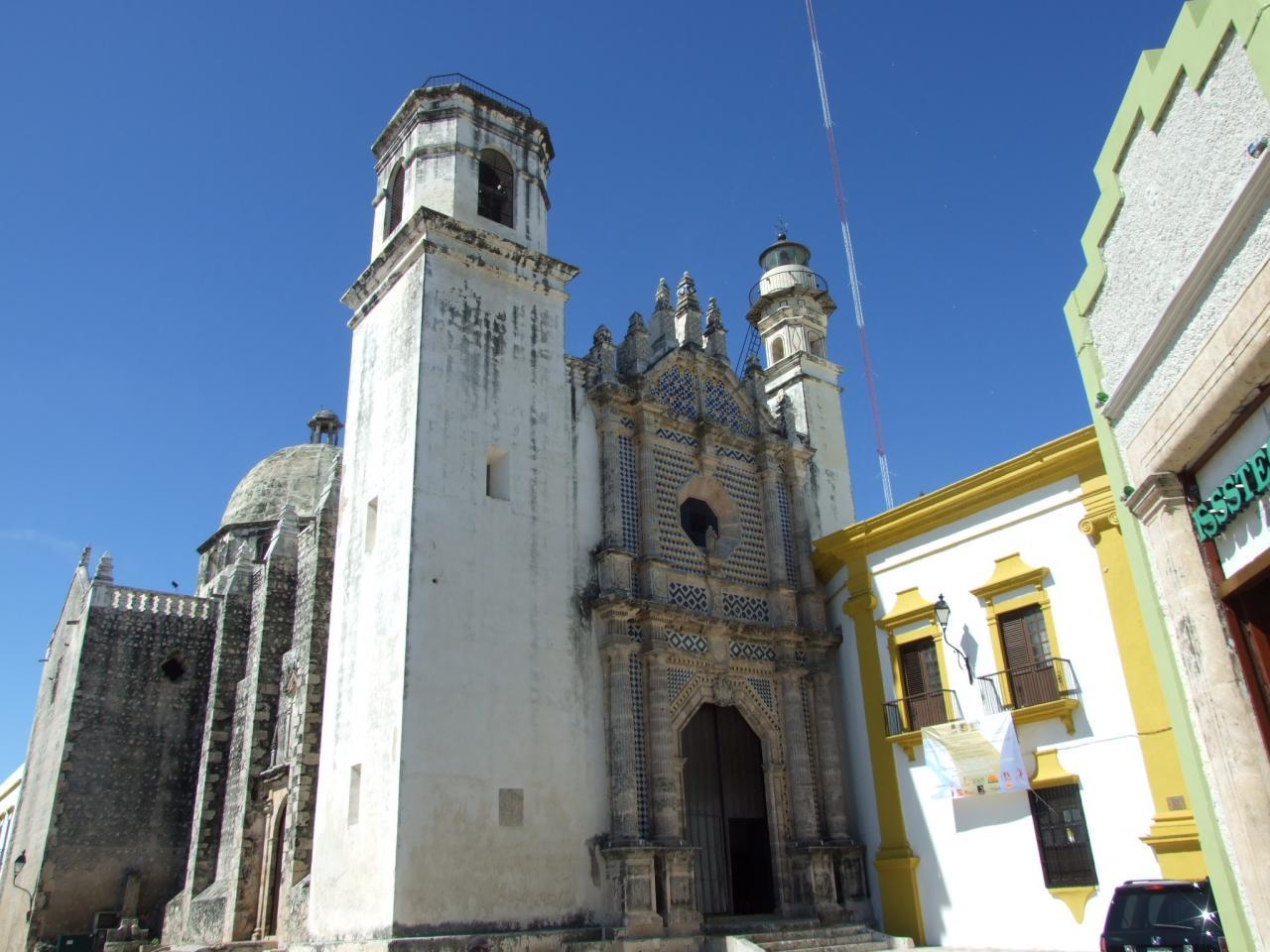 Eglise dans une ruelle de Campeche