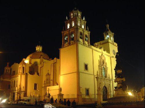 Une belle église éclairée dans la nuit...
