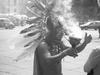 Photo d'un indien aztèque libérant les bons esprits.