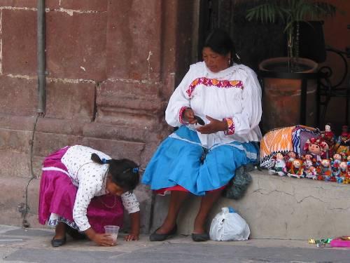 Une indienne vendant ses poupées artisanales
