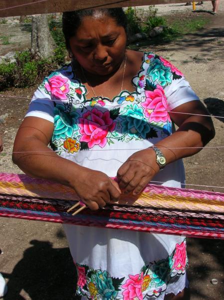 Réalisation traditionnelle de hamac dans un village