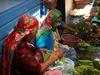 Au marché, femmes préparant les cactus