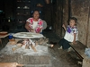 Indienne préparant des tortillas pour ensuite faire des quesadillas