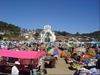 Un marché dans un village des Chiapas, avec son église dans le fond