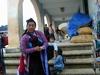 A San Crisobal de las Casas, une femme vend ses propres créations artisanales.
