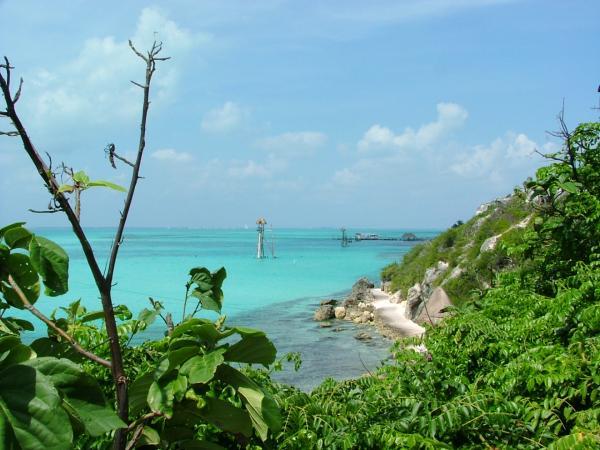 Vue sur les eaux turquoises et les plages d\'Isla Mujeres