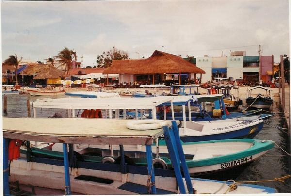 Quelques barques sur l\'île Mujeres