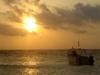 Bateau de plongée au levée du soleil