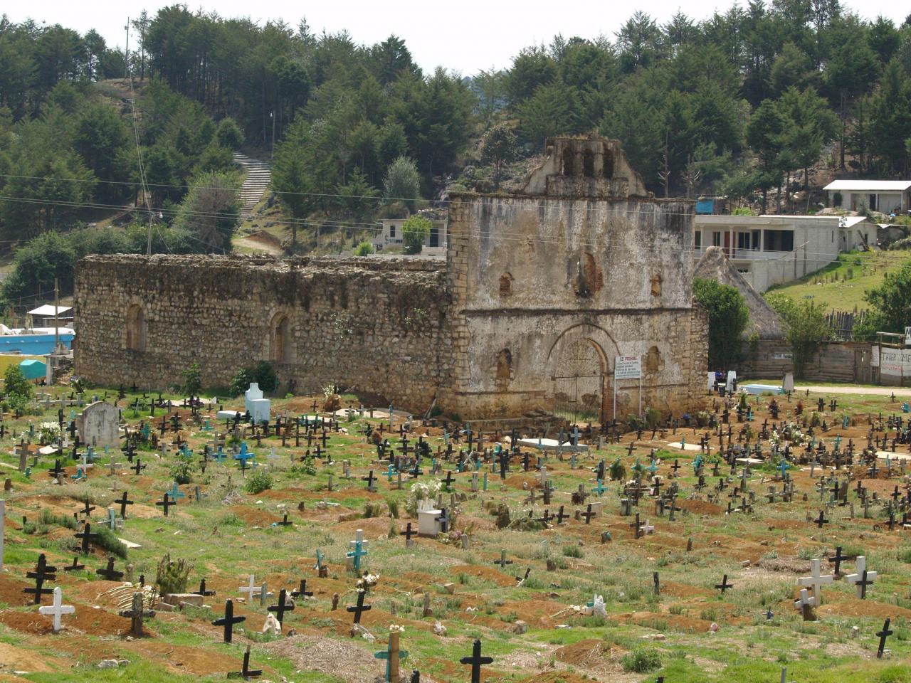 Eglise dévastée par la foudre et cimetière Indien.