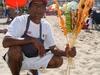 Vendeur de crevettes ou de poisson merlin sur la plage à Puerto Vallarta.