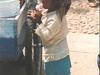 Une petite fille toute mignonne appréciant sa glaglace :-)