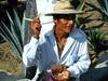 Un homme proposant des gusanos (vers) se trouvant dans les agaves.