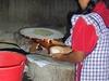 Une femme préparant des tortillas