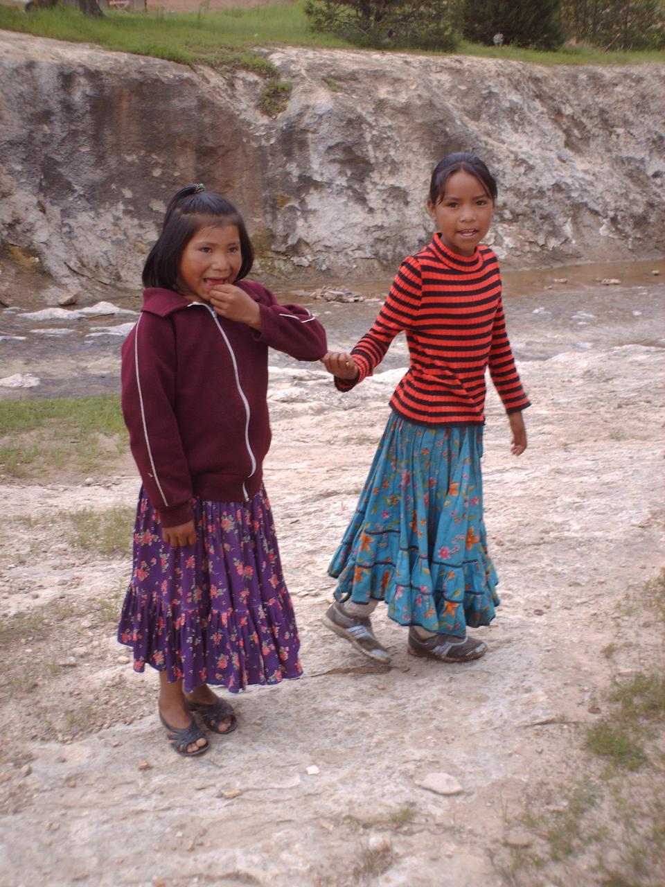 Fillettes Tarahumara en quête de proprina