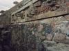Décorations au bas d'une pyramide de Teotihuacan