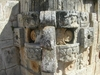 Les sculptures recouvrants les facades des pyramides à Uxmal.