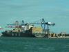 Chargement d'un bâteau au port