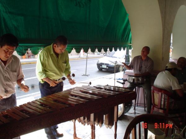 Petit orchestre de marimbas...